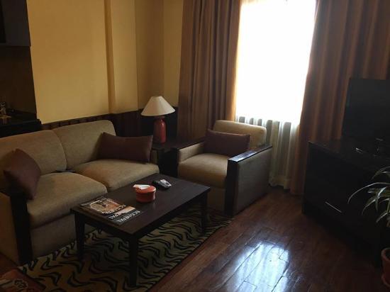 Hotel Tibet International: enjoy to watching movie on sofa