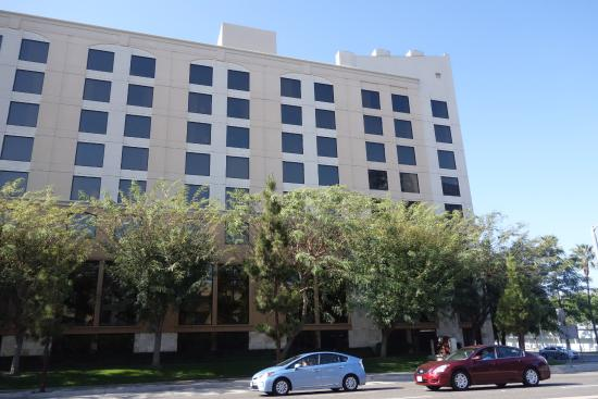 DoubleTree by Hilton Hotel Santa Ana - Orange County Airport: 道路を挟んで