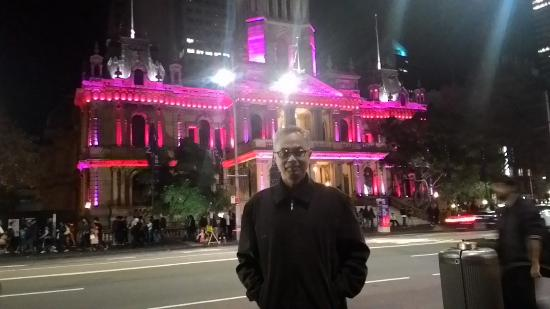 Liverpool, Avustralya: George Street, SYDNEY at night. The TOWN HALL.
