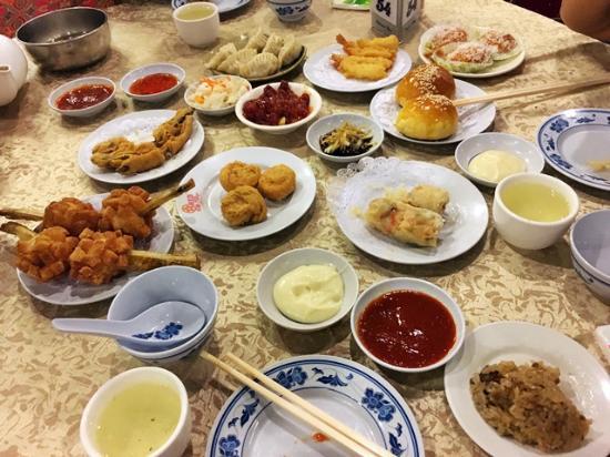 שולחן עמוס בכל טוב במסעדת הכוכב האדום | הצילום באדיבות Tripadvisor