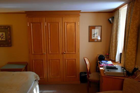 Hotel Monte Rosa: Шкаф в номере