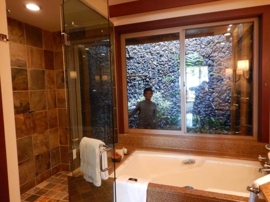 Four Seasons Resort Hualalai: bath with an outside garden shower