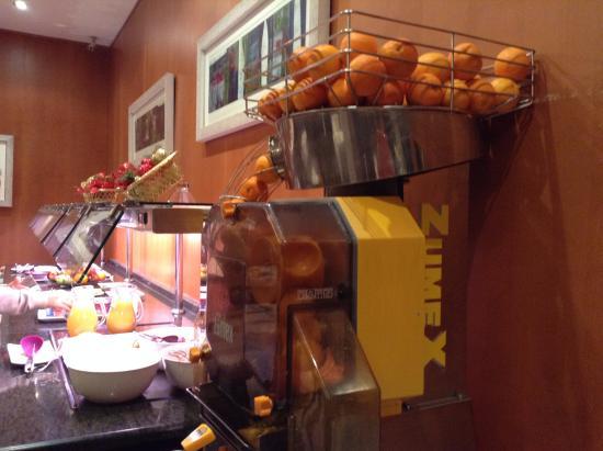 Quart de Poblet, España: オレンジを絞る機械でフレッシュオレンジジュースの朝食