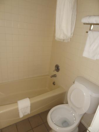 Econo Lodge Elkridge: bath