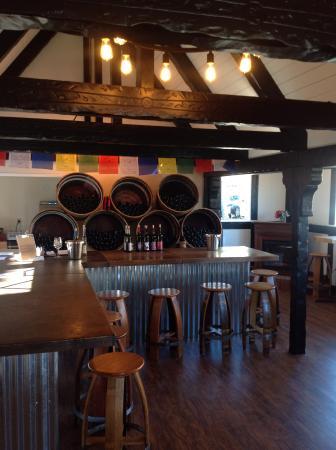 Solvang, CA: Great wines, cozy Tasting room🌞