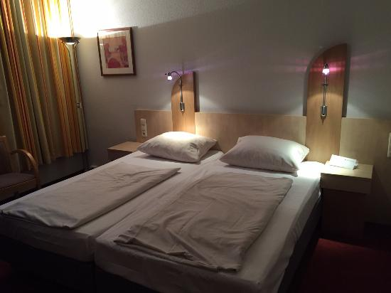 doppelbett bild von junges hotel hamburg hamburg tripadvisor. Black Bedroom Furniture Sets. Home Design Ideas