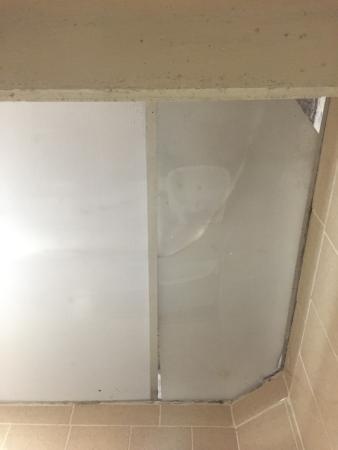 Fenêtre donnant sur le couloir avec vis à vis sur la chambre d\'en ...