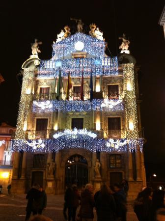 Ayuntamiento de pamplona de noche con decoracion de navidad picture of town hall pamplona - Decoracion pamplona ...
