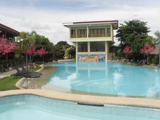 Linda piscina picture of malapascua legend restaurant for Piscinas lindas