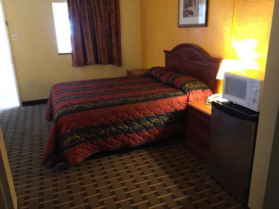Encore Motel: queen bed