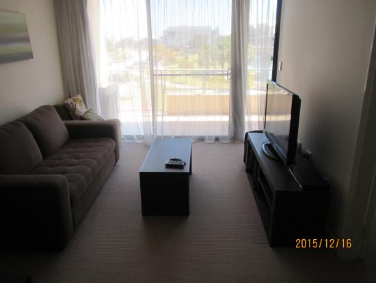 Dolphin Quay Apartment Hotel: リビングルームから外の眺め