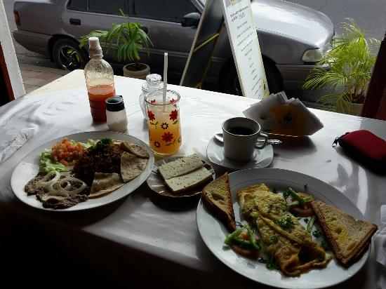 Cafetin Claudia : American breakfast with veggie omelette