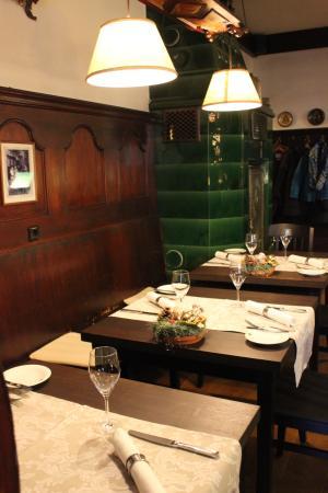 Restaurant Sonne: Gastraum mit Kachelofen
