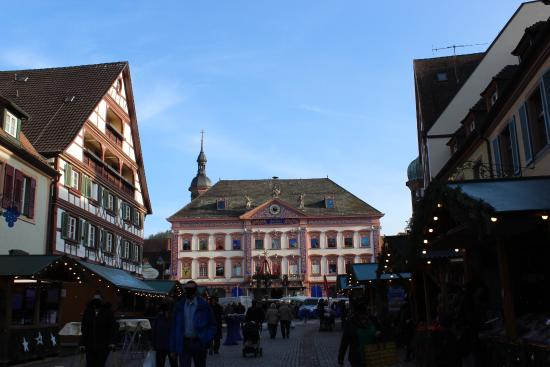 freier blick ber den marktplatz hinweg aufs rathaus picture of gengenbach town hall. Black Bedroom Furniture Sets. Home Design Ideas