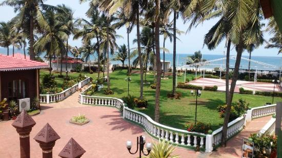 Hotel Goan Heritage: view of lawn and beach from room