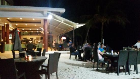 Willy's Beach Hotel: Outdoor seating