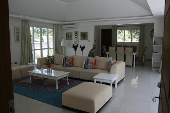 Woonkamer villa - Picture of Leopard Beach Resort & Spa, Diani Beach ...