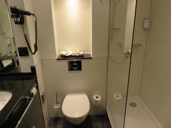 Bathroom picture of best western hotel helmstedt for Best western bathrooms