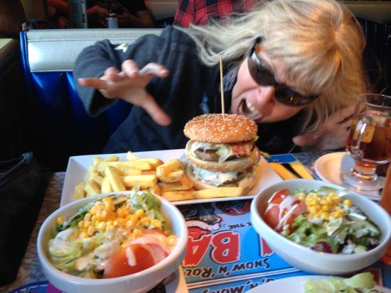 Erlinsbach, Suiza: Litlle girl vs. big burger