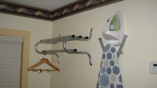 Scottish Inns Potsdam: iron, ironing board, coat rack