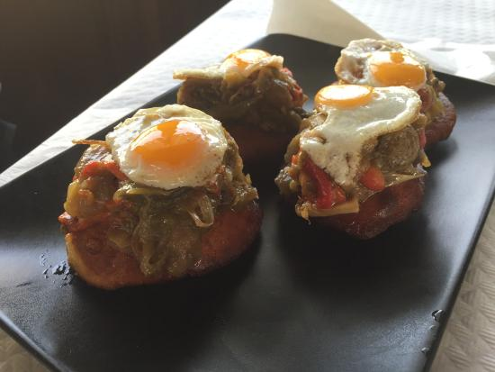 Mestas de Con, Ισπανία: Tortos de pimientos verdes, rojos y huevo de codorniz buenisimos, la mejor masa que hemos probad