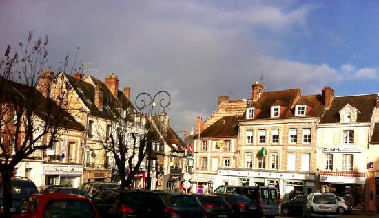 Л'Эгль, Франция: place devant l'hotel