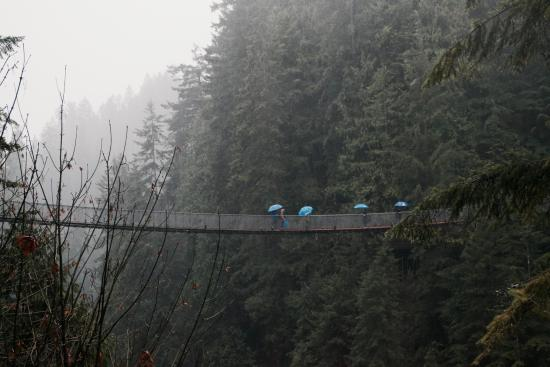 North Vancouver, Canadá: People crossing the bridge on a rainy day