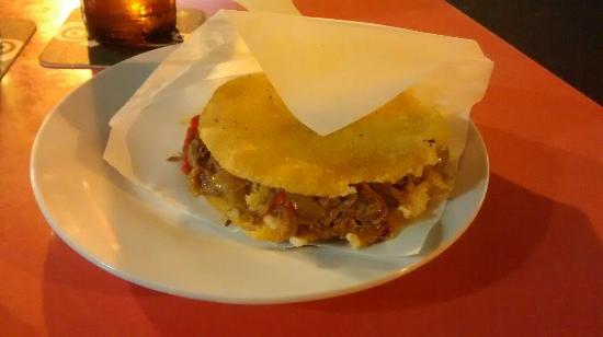 Hamburgueseria Cafeteria Daisy: Arepa de carne mechada