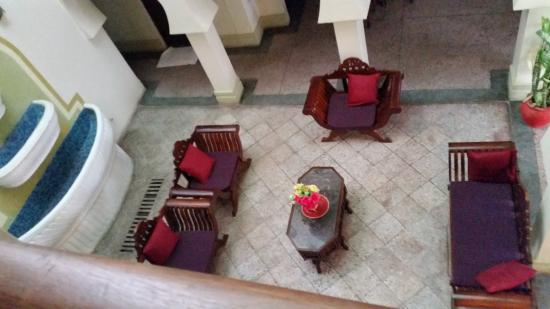 Asmini Palace Hotel: looking down onto the reception area