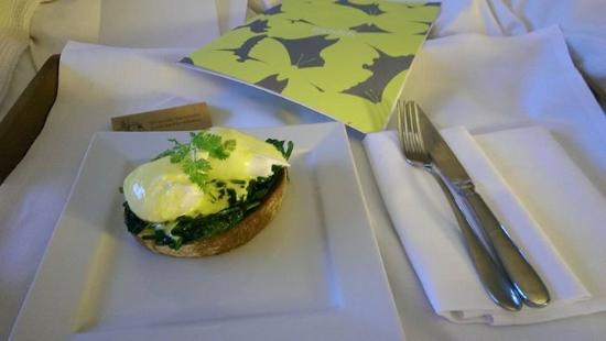 Hope Street Hotel: Breakfast in bed - The tastiest eggs florentine ever...