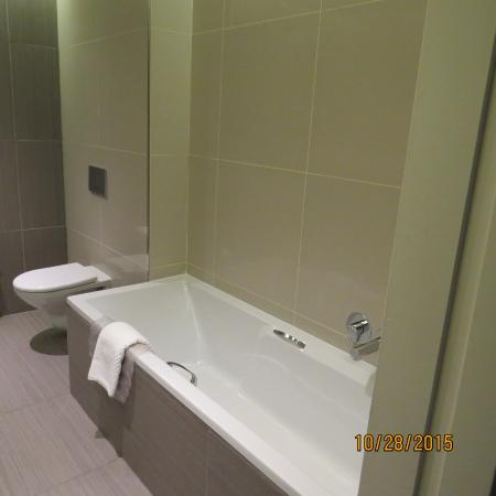 Southern Sun Hyde Park Sandton: Huge bathtub long enough that even a tall person can lay down!