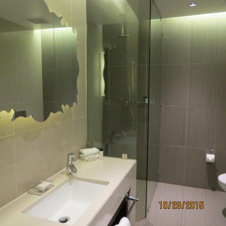 Southern Sun Hyde Park Sandton: The bathroom is spacious and spotless