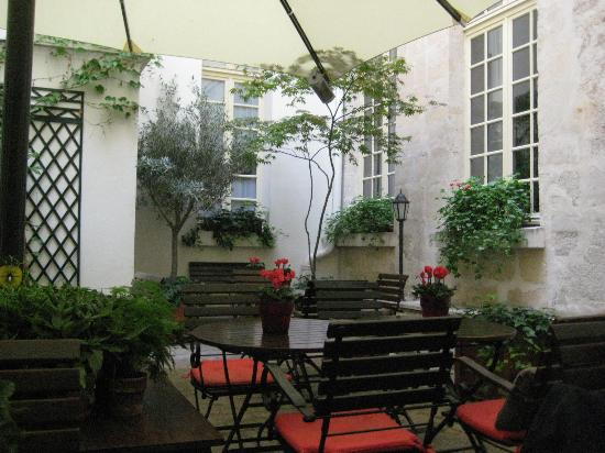 Hotel d'Aubusson: Beautiful courtyard