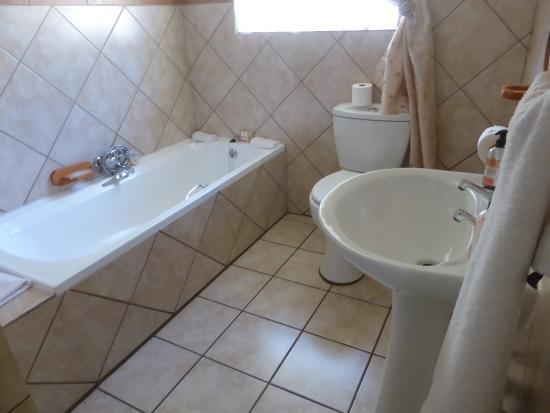 Sunrock Guesthouse: nice clean and sunny bathroom
