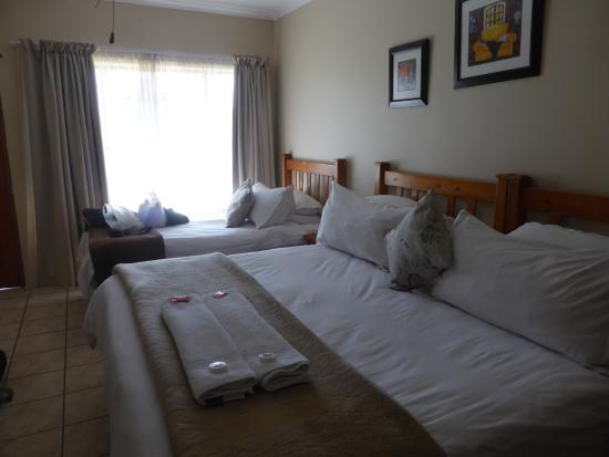 Sunrock Guesthouse: comfy beds and small sitting area