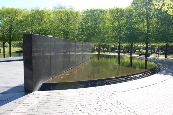 Reflecting Pool Behind Memorial Wall Picture Of Korean War Veterans Memorial Washington Dc