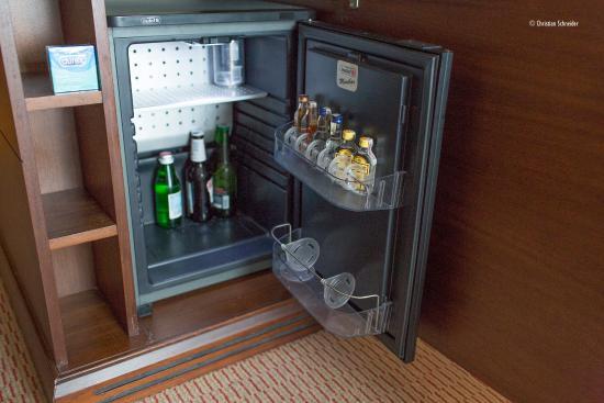 Hilton Warsaw Hotel & Convention Centre: Geladeira e preservativos disponíveis no King executive room