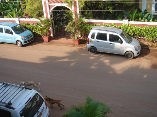 Casa De Goa Boutique Resort: Вид снаружи (номера все выходят внутрь на бассейн)