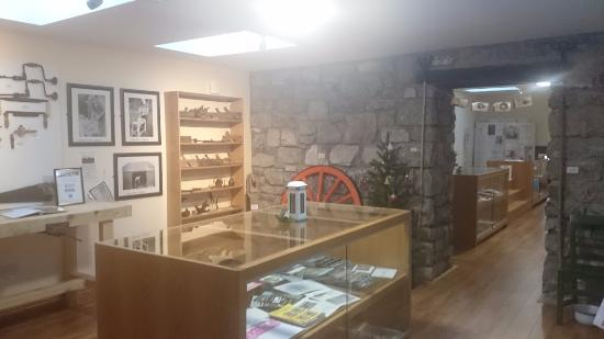 Claregalway, İrlanda: Front Room - Carpentry tool and old fire place