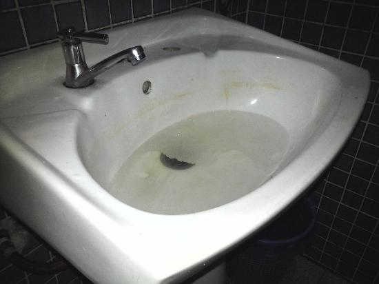 Tanjung Bidara Beach Resort: Bath sink stucked, no service after reporting to frontdesk personally