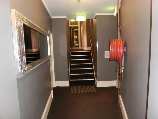Pensione Hotel Sydney - by 8Hotels: Dark gray walls, mazy corridors and narrow walkways