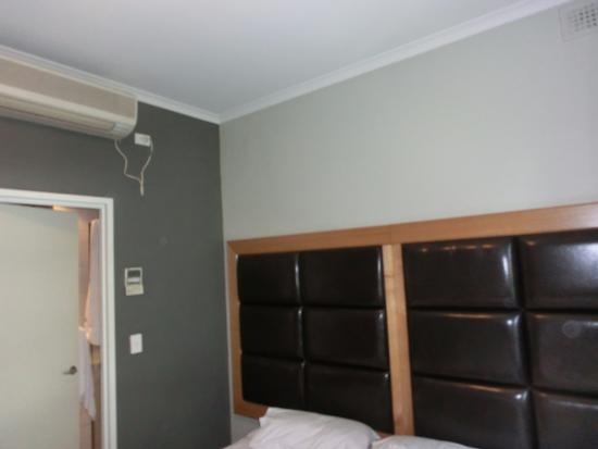 Pensione Hotel Sydney - by 8Hotels: Bed right next to the toilet