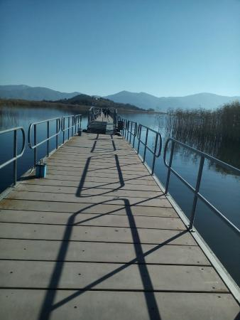 Prespes National Park, Grécia: The floating bridge connecting the island