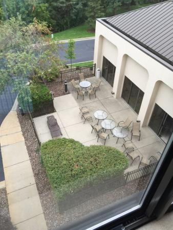 Hampton Inn Rockford: Outside seating
