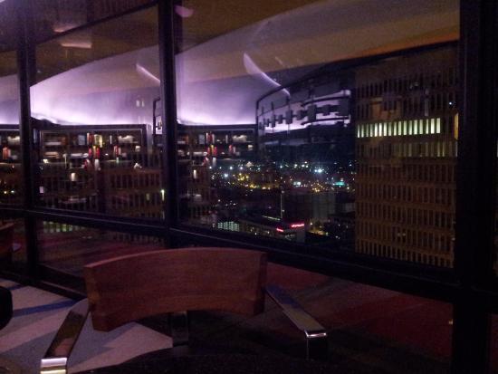 Polaris Restaurant: The city lights were beautiful.
