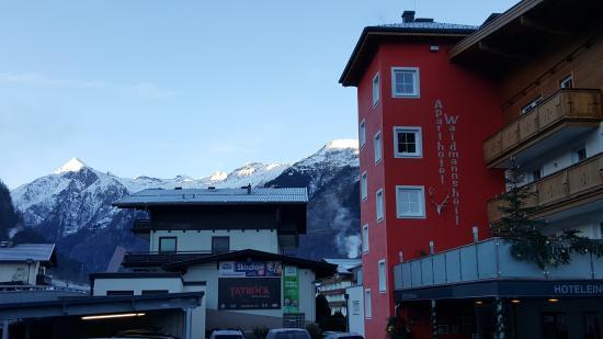 Aparthotel Waidmannsheil: Hotel Entrance and Kitzstenhorn