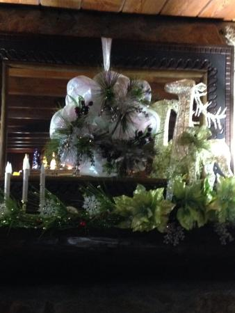 Laurel Springs Lodge B&B: Lovely Christmas decorations in the main gathering room