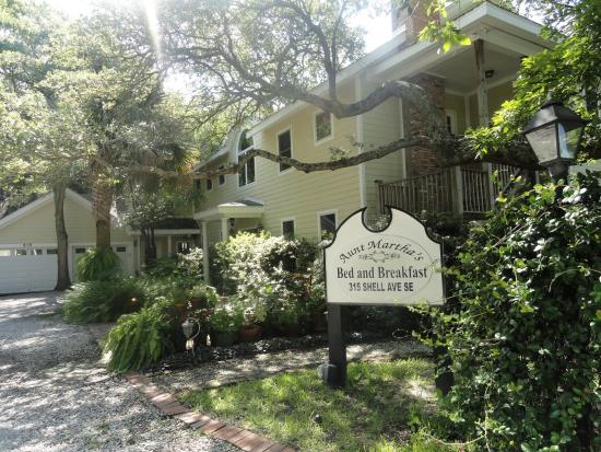 Aunt Martha's Bed & Breakfast: Front entrance