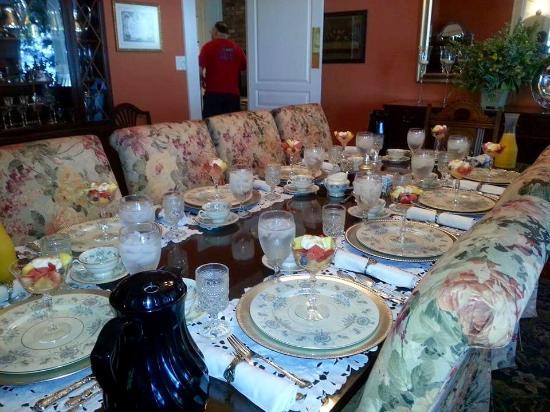 Aunt Martha's Bed & Breakfast: Breakfast table set.