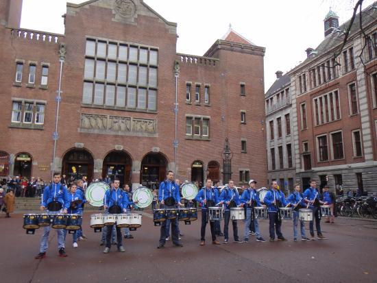 Beurs van Berlage : выступление барабанщиков
